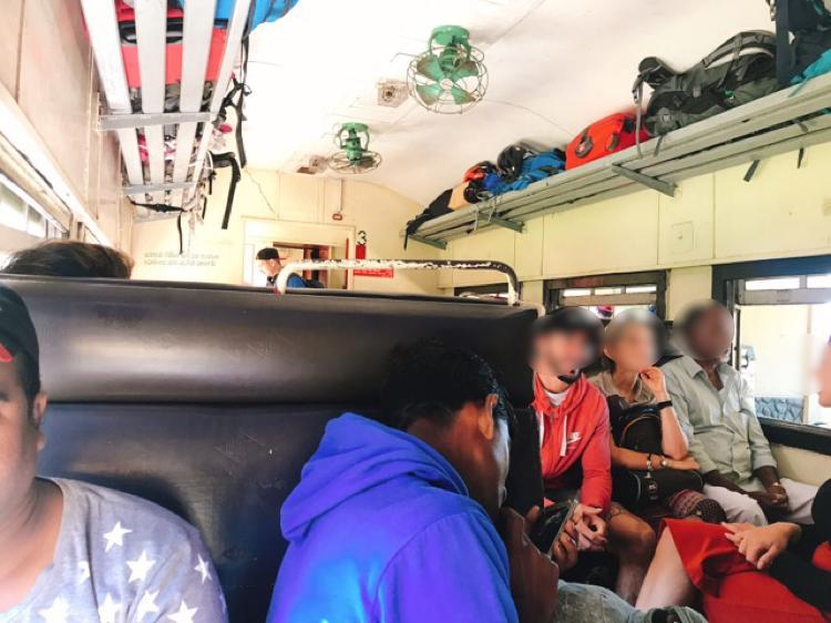 スリランカジャスミンツアーズ撮影 ヌワラエリヤ(ナヌ・オヤ)からエッラへの列車 観光客でいっぱい