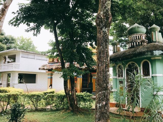 Sri Lanka Jasmine Tours & Driver スリランカジャスミンツアーズ撮影。 アンブルワワタワー入口近くの他宗教施設