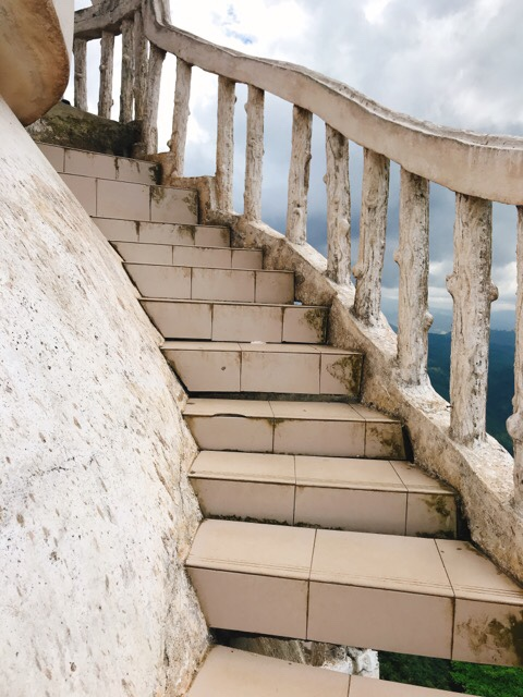 Sri Lanka Jasmine Tours & Driver スリランカジャスミンツアーズ撮影。 アンブルワワタワーに登る。階段が怖い