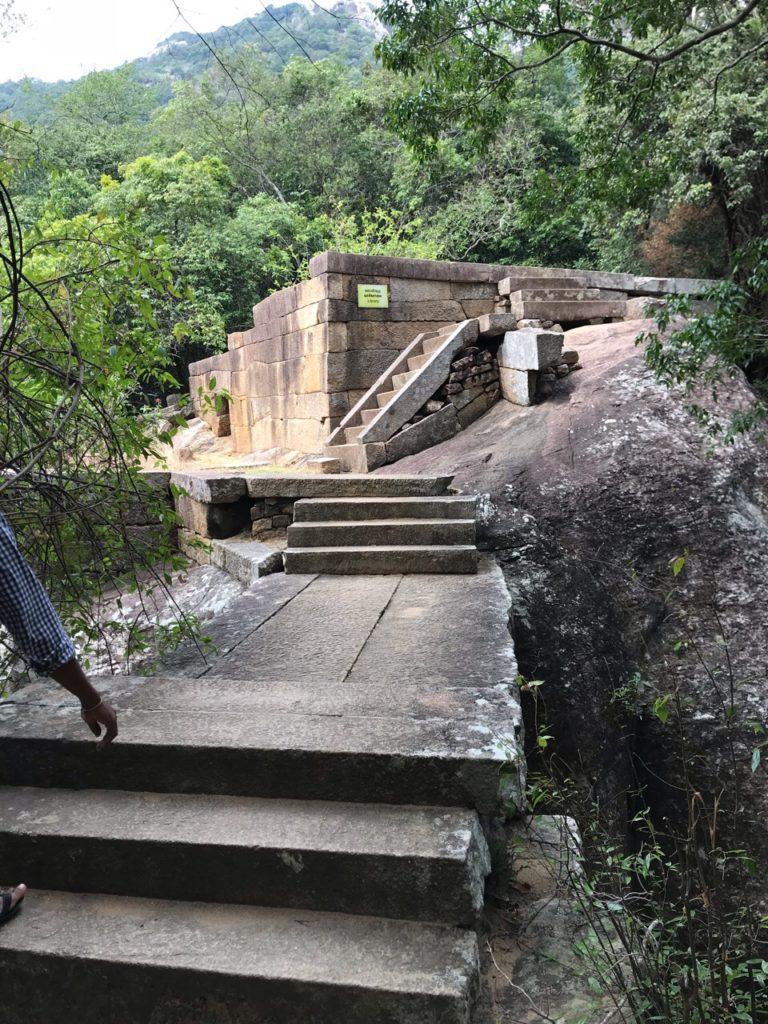 Sri Lanka Jasmine Tours & Drivers スリランカジャスミンツアーズ撮影。リティガラ遺跡の図書館