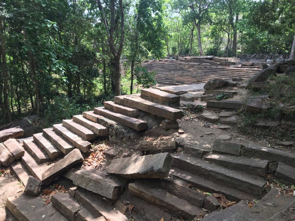 Sri Lanka Jasmine Tours & Drivers スリランカジャスミンツアーズ撮影。リティガラ遺跡の巨大貯水池と木漏れ日