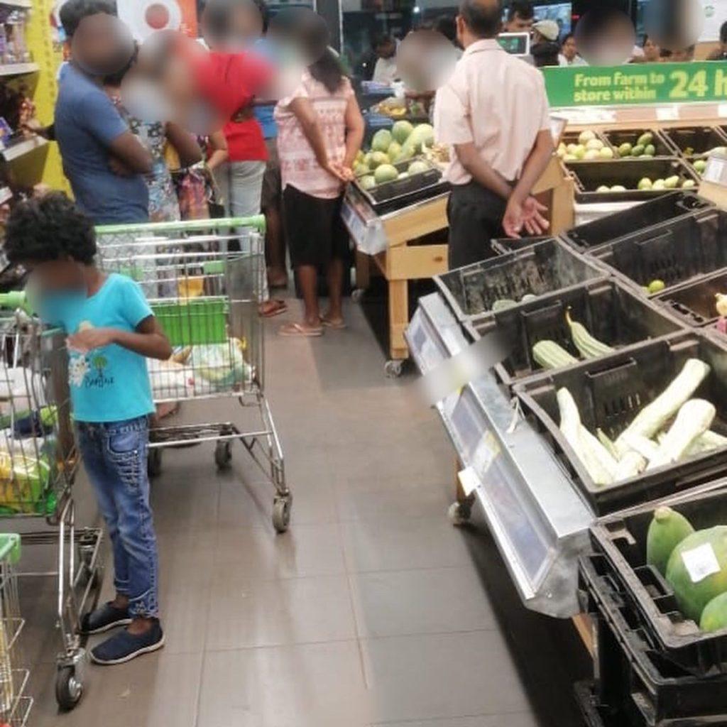 Sri Lanka Jasmine tours & Drivers スリランカジャスミンツアーズ撮影。コロナウイルスによる休校が発表された日のスリランカのとあるスーパー