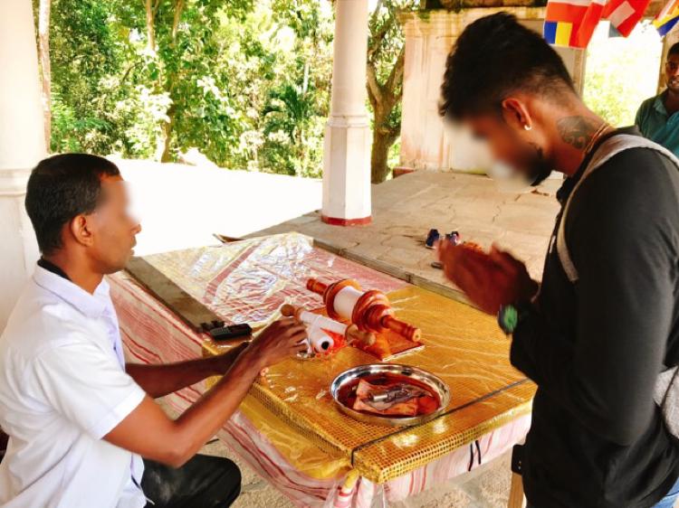 Sri Lanka Jasmine Tours & Drivers スリランカジャスミンツアーズ撮影。 マルキリガラ寺院 マルキリガラ遺跡 ムルキリガラ にて糸を巻いていただく